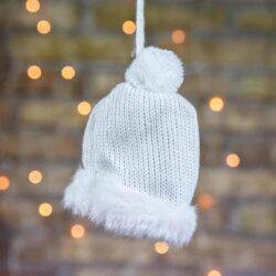 Χριστουγεννιάτικο στολίδι σκουφάκι πλεκτό λευκό, ύψους 9cm
