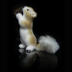 Σκίουρος όρθιος με κουκουνάρι, ύψους 30cm